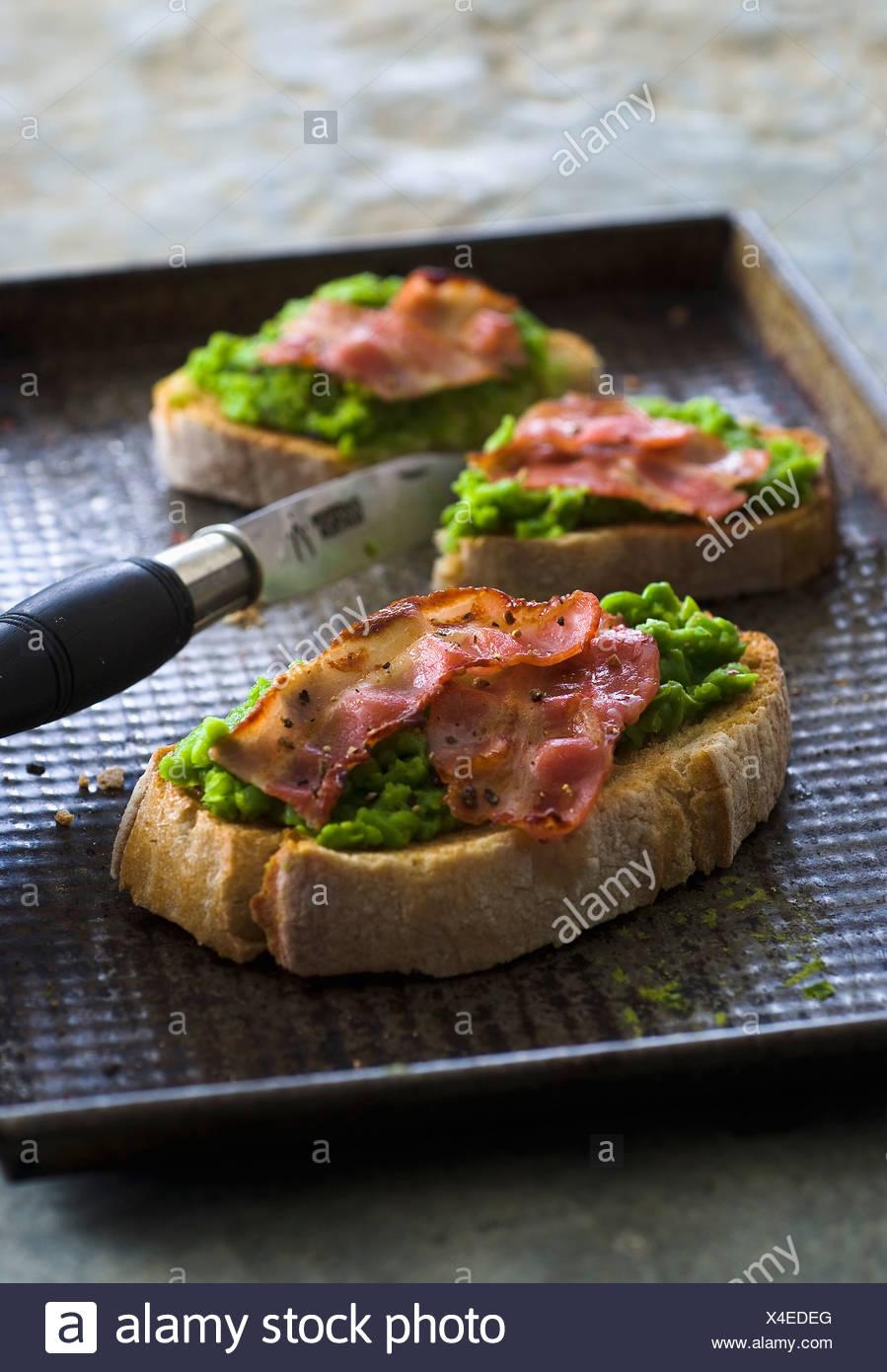 Purée de pois et bacon Bruschettas Photo Stock