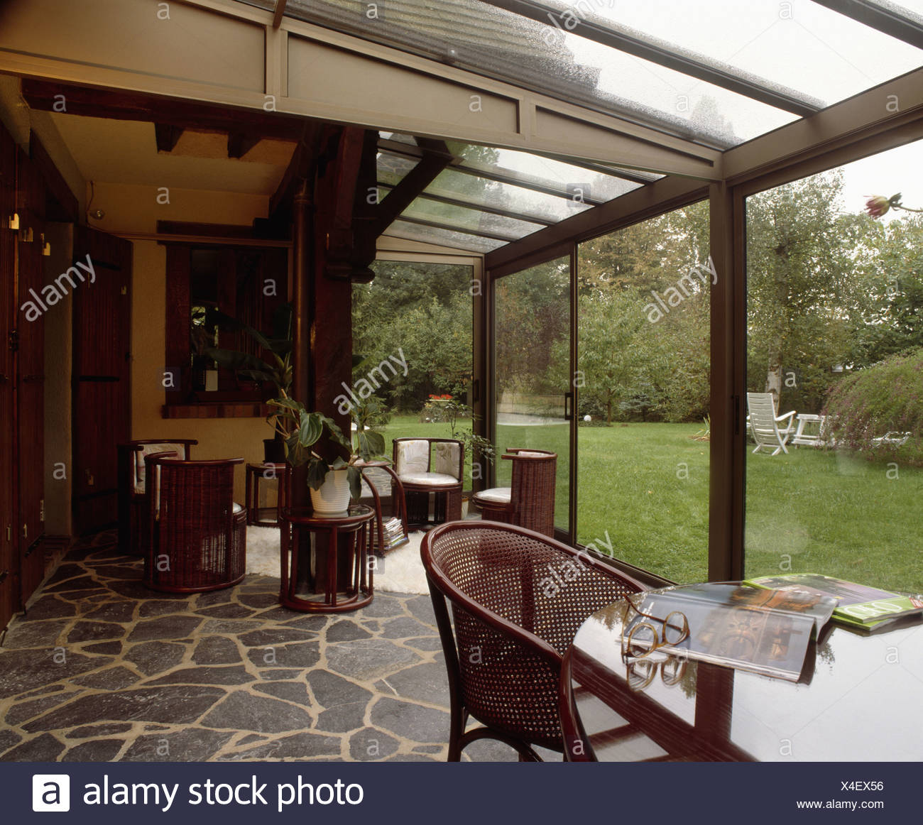 Table et chaise en rotin véranda moderne salle à manger et ...