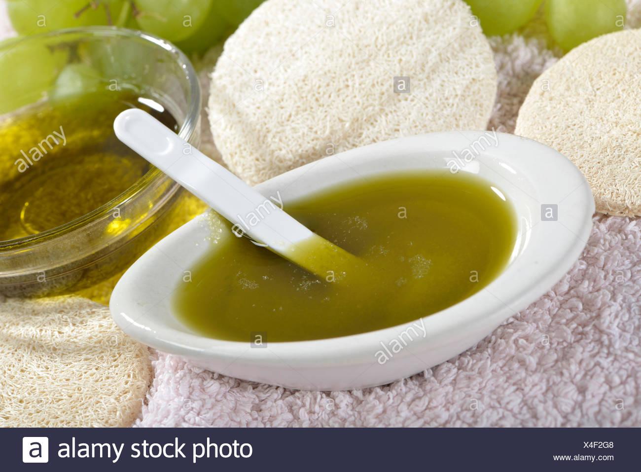 L'huile de pépins de raisin avec du sel de l'océan pour l'utilisation comme l'épluchage / (Vitis vinifera subsp. vinifera) Photo Stock
