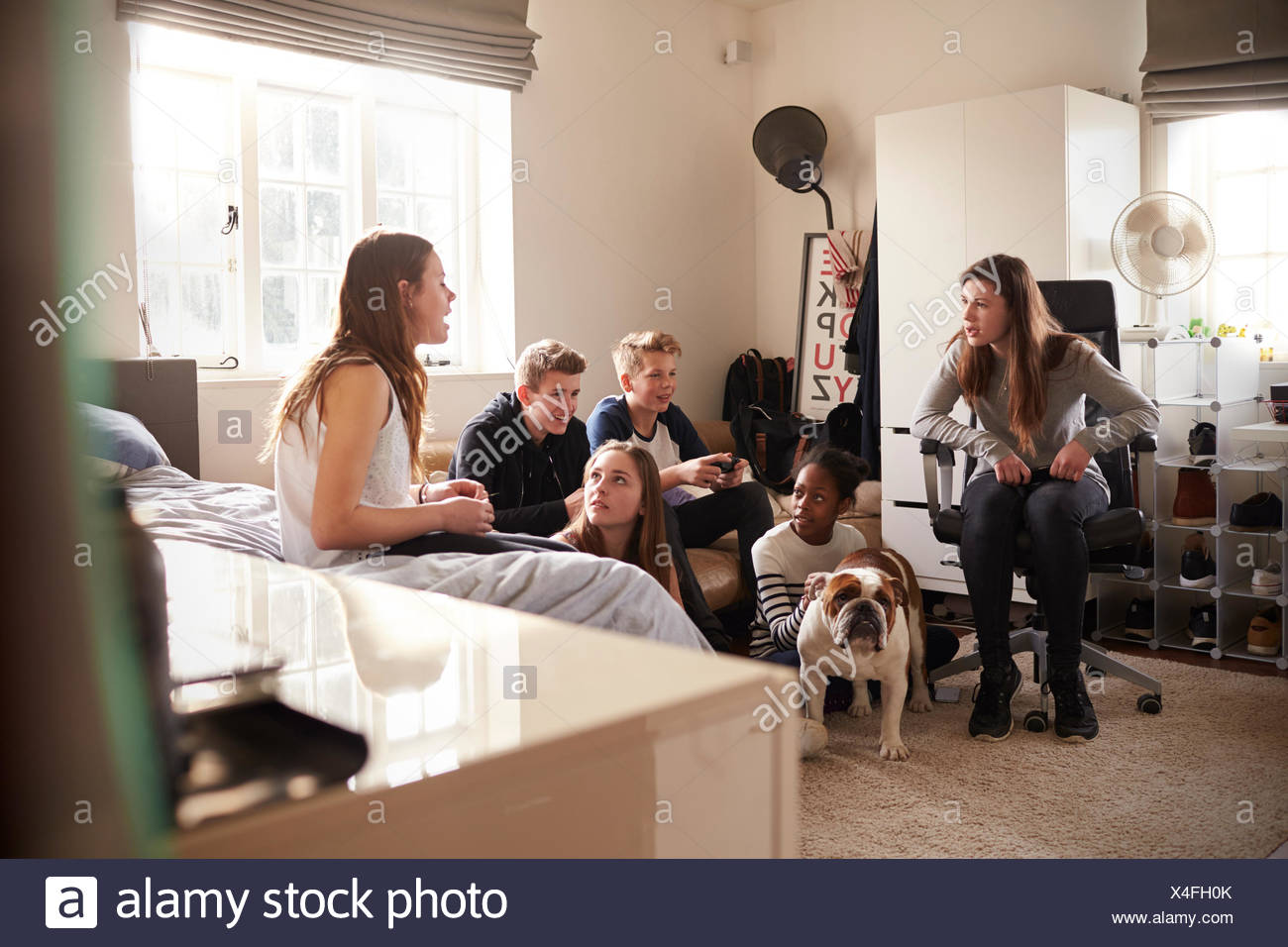 Groupe d'adolescents jouant le jeu vidéo dans la chambre Photo Stock