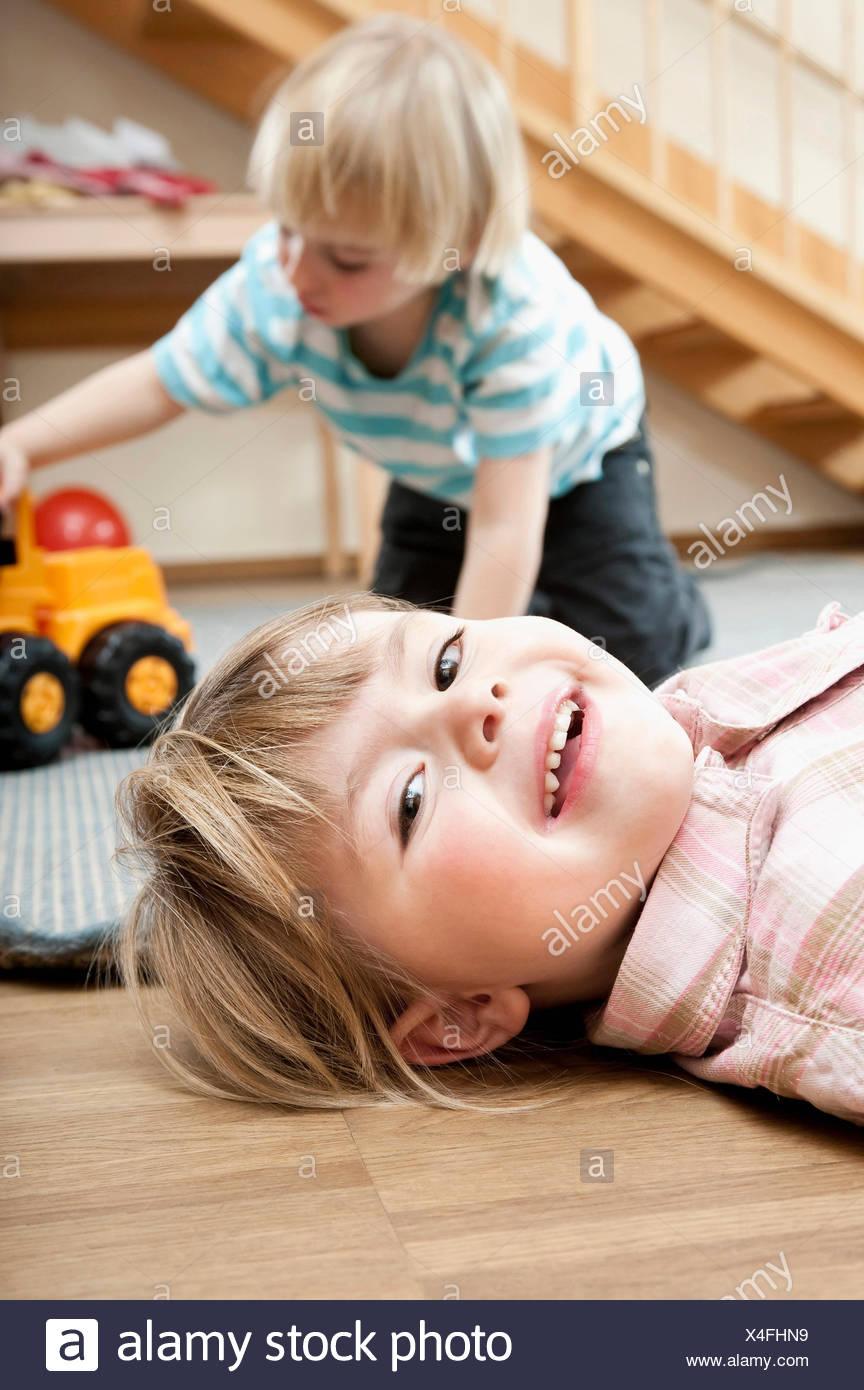 Petite fille et petit garçon jouant de la maternelle Photo Stock