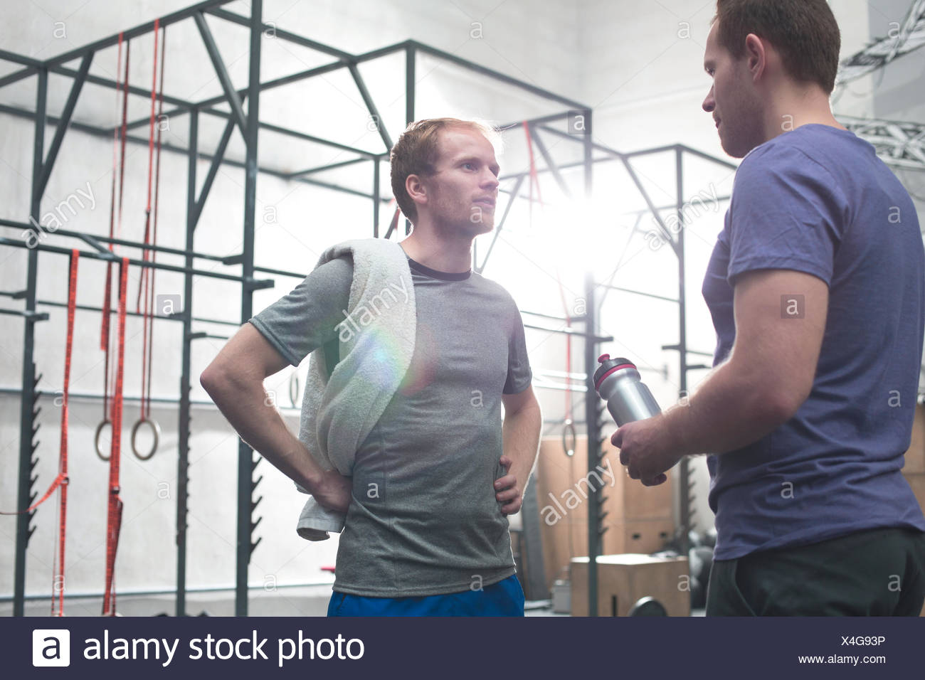 En parlant d'amis masculins gym crossfit Photo Stock