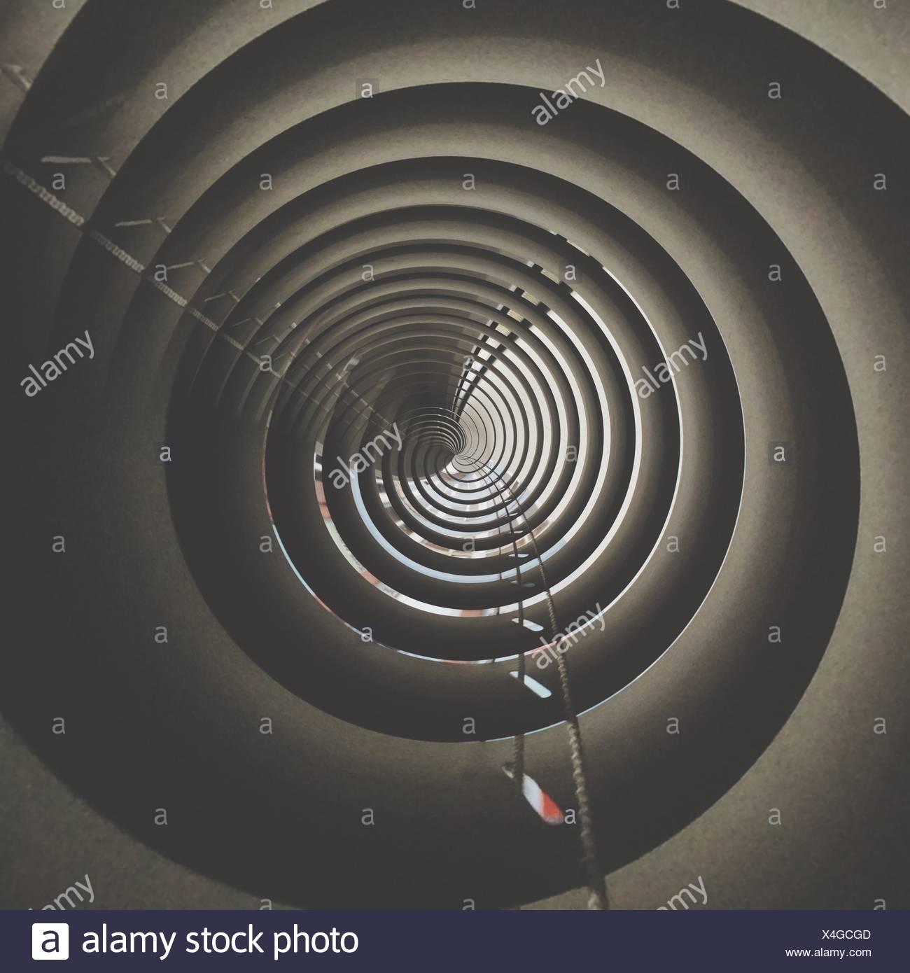 Directement au-dessous de la vue du cercle concentrique Tower Photo Stock