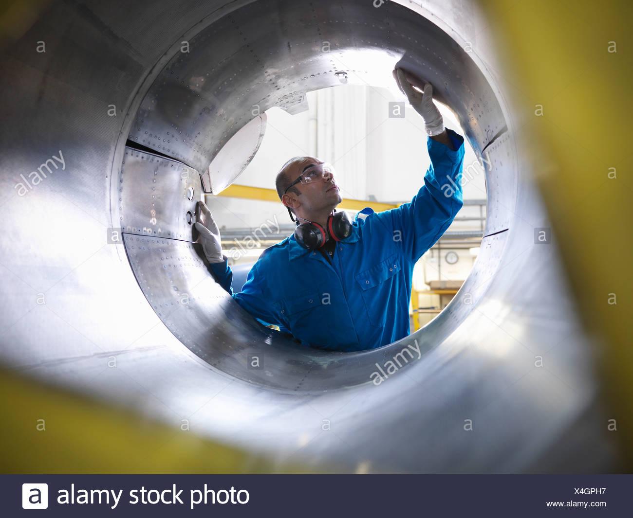 L'examen des travailleurs machines avion Photo Stock