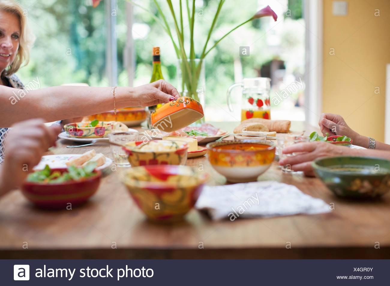 Trois femmes en train de déjeuner ensemble à la maison Photo Stock