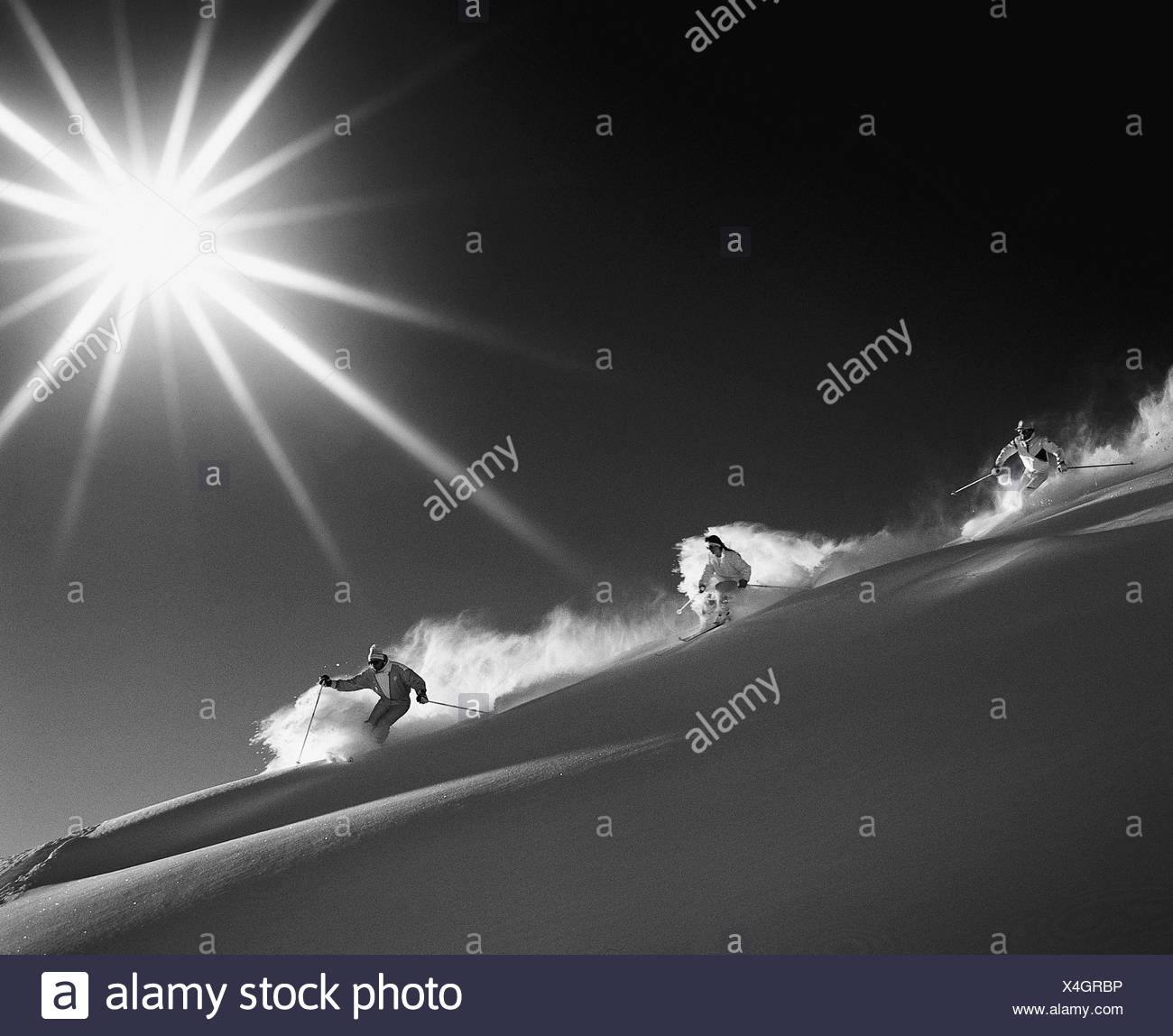 Montagnes groupe ski neige monochrome noir et blanc sun sport ski ski neige profonde neige profonde dri Photo Stock