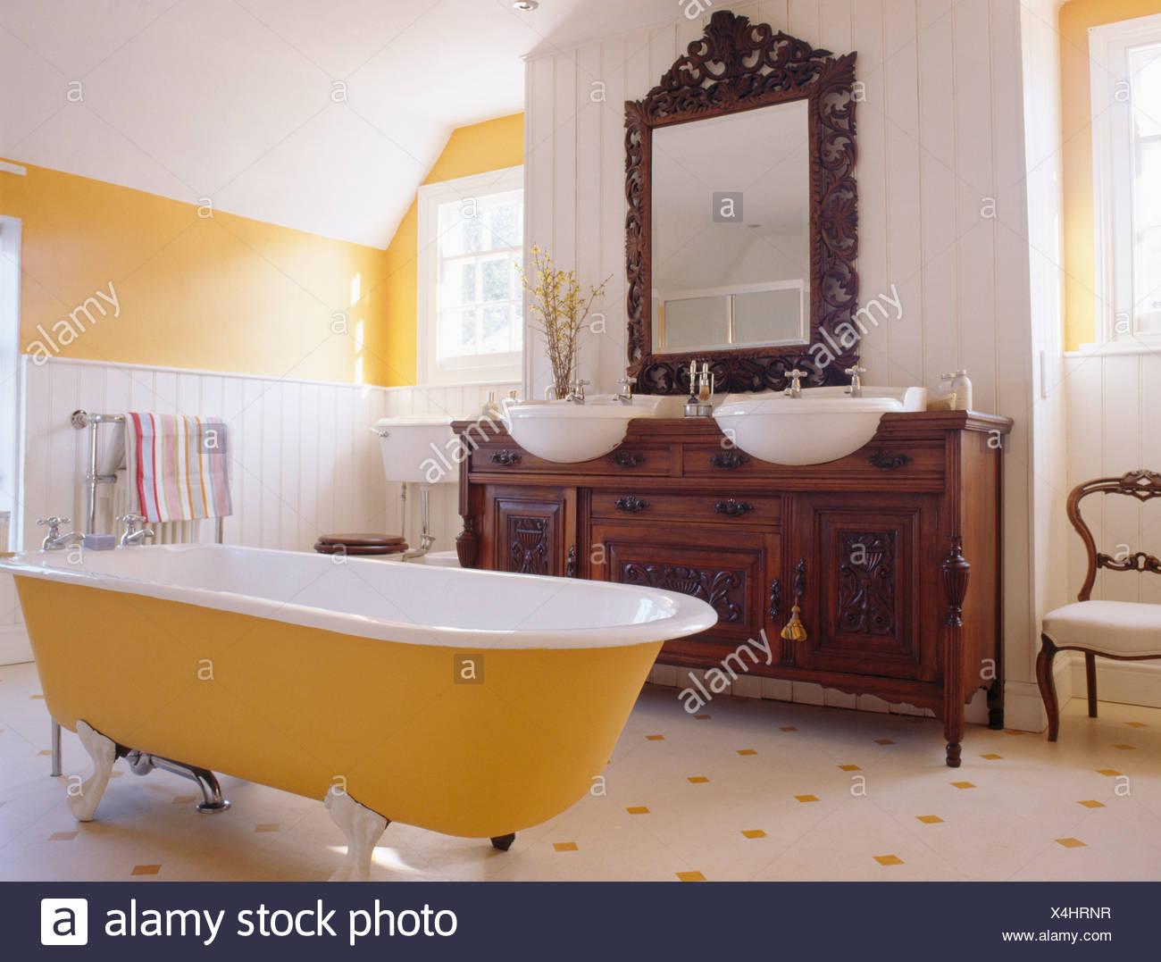 Baignoire Jaune En Jaune Et Blanc Salle De Bains Avec Un Miroir Encadré De  Bois Au Dessus De Bassins En Meuble En Acajou