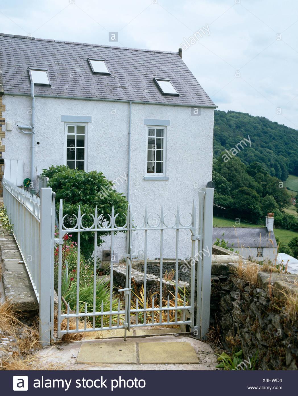 Maison Peinte En Blanc Exterieur extérieur d'une maison peinte en blanc, converti à partir d