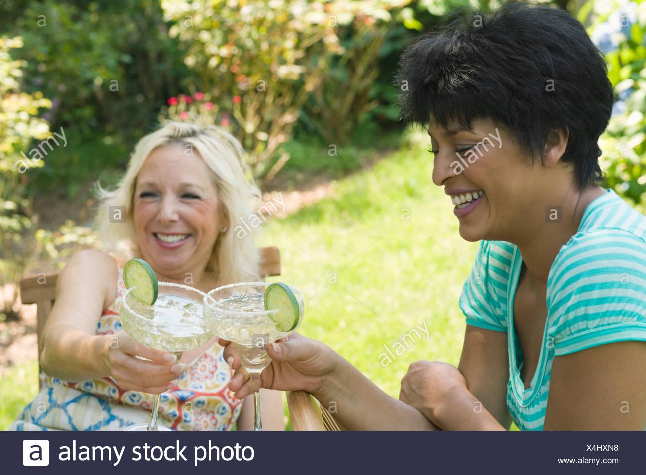 Deux femmes mûres toasting avec verres Photo Stock