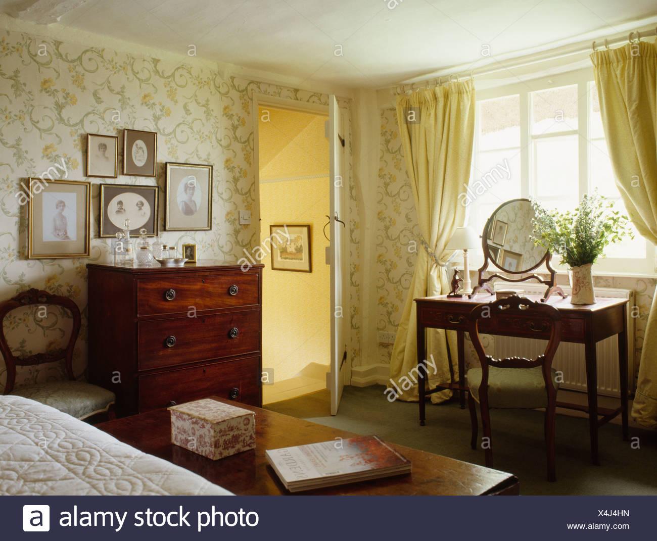 Rideaux jaune pastel dans un chambre avec un papier peint à motifs ...