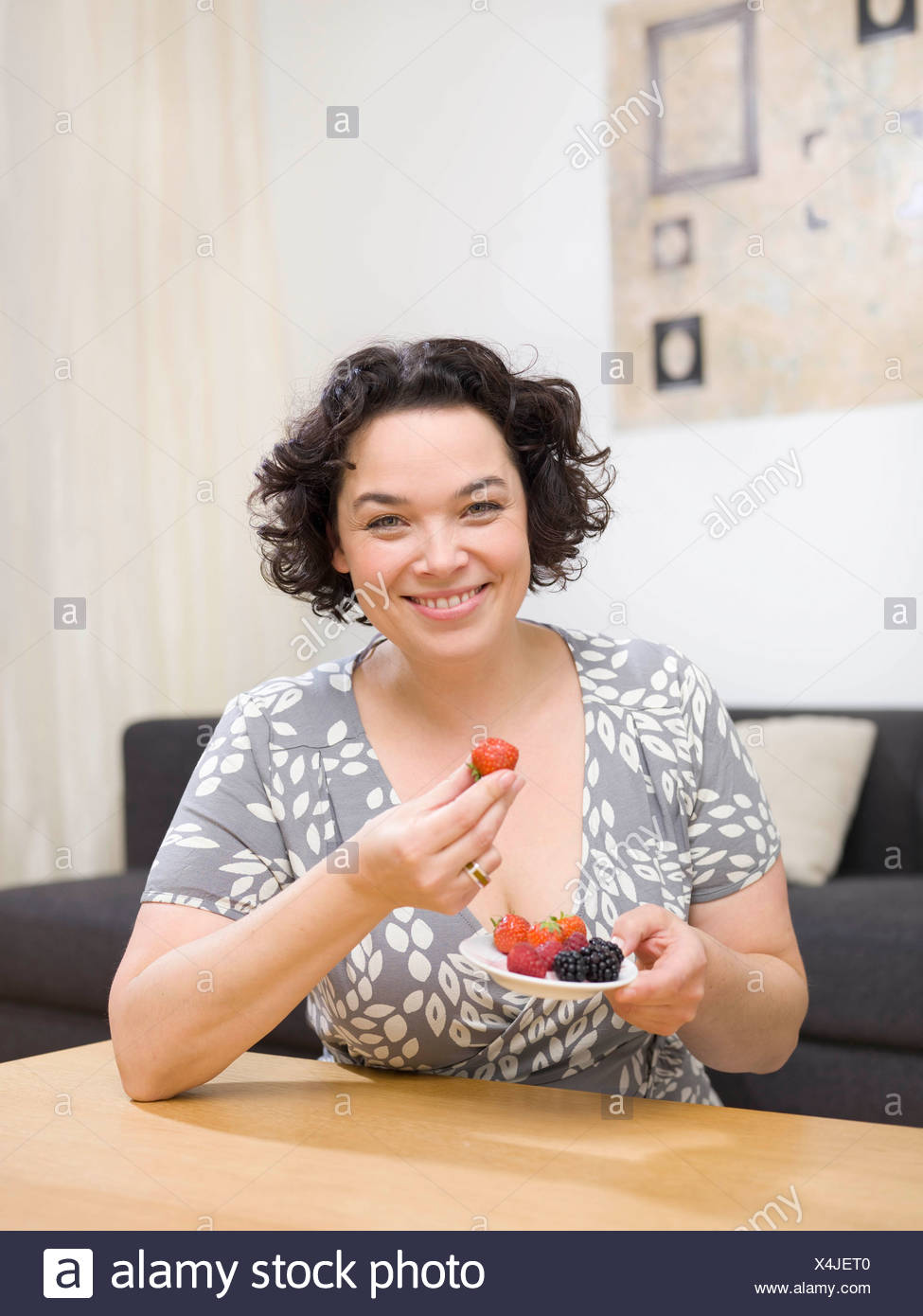 Femme mangeant des fruits. Photo Stock