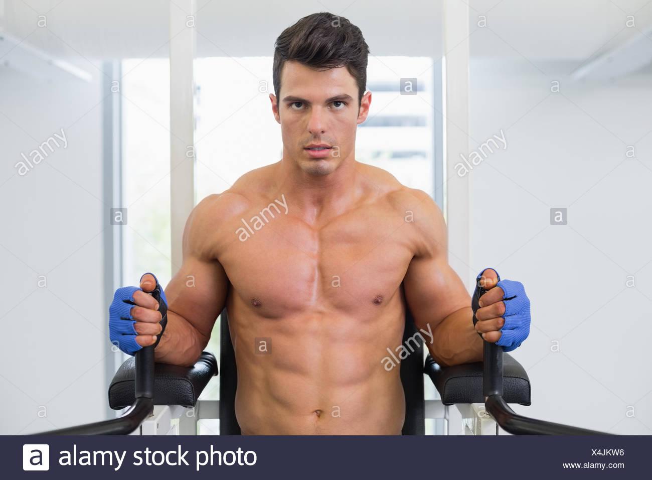 L'homme musclé faisant de l'exercice dans la salle de sport fitness crossfit Photo Stock