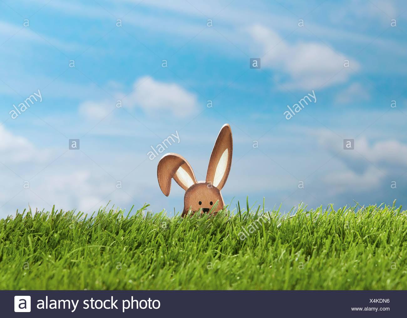Allemagne, lapin de Pâques figure dans le pré Photo Stock