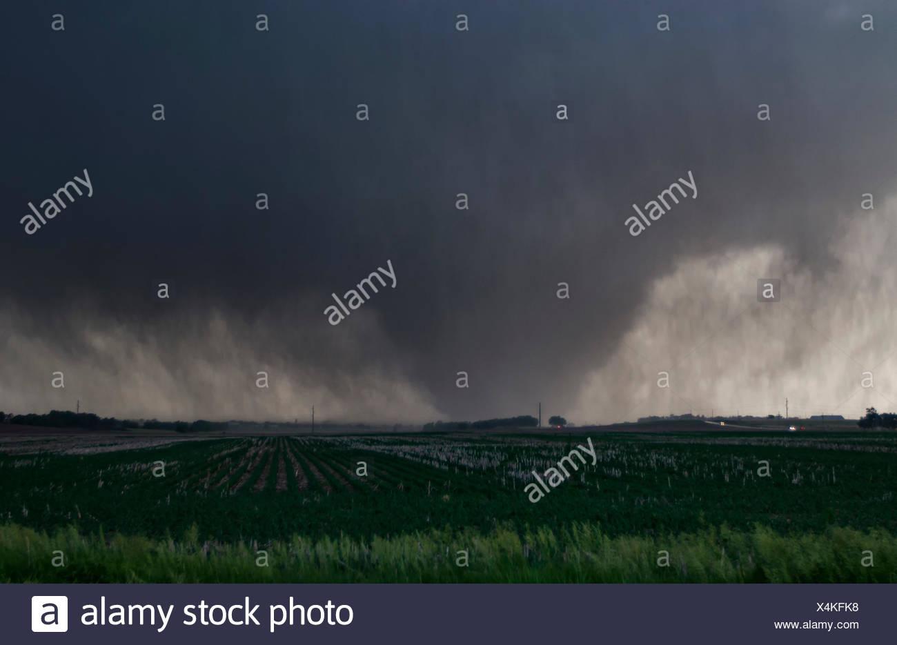 Une pluie violente, enveloppés de tornade de coin des terres agricoles en milieu rural rip Kansas Photo Stock