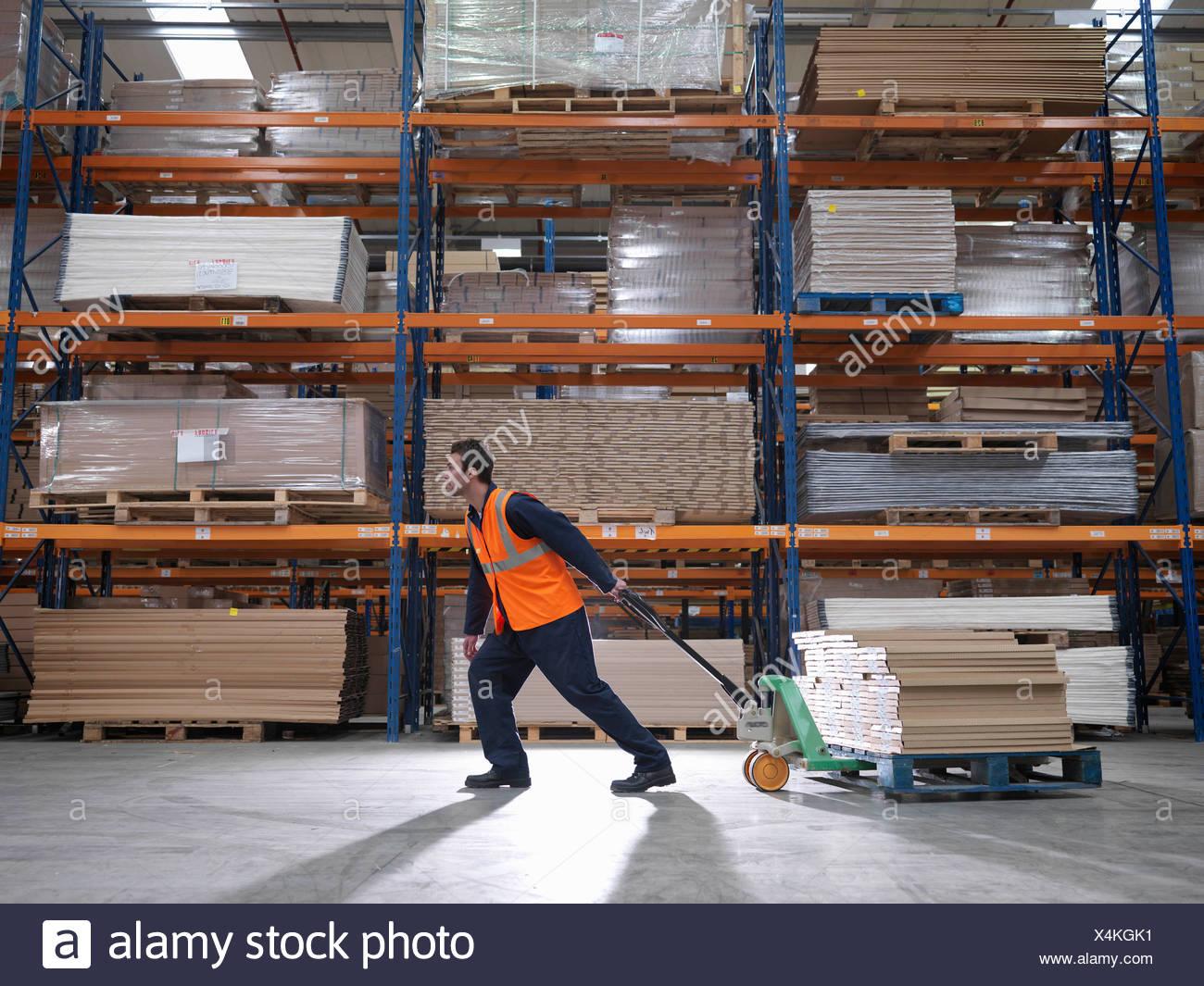 Le transport des travailleurs dans l'entrepôt de produits Photo Stock