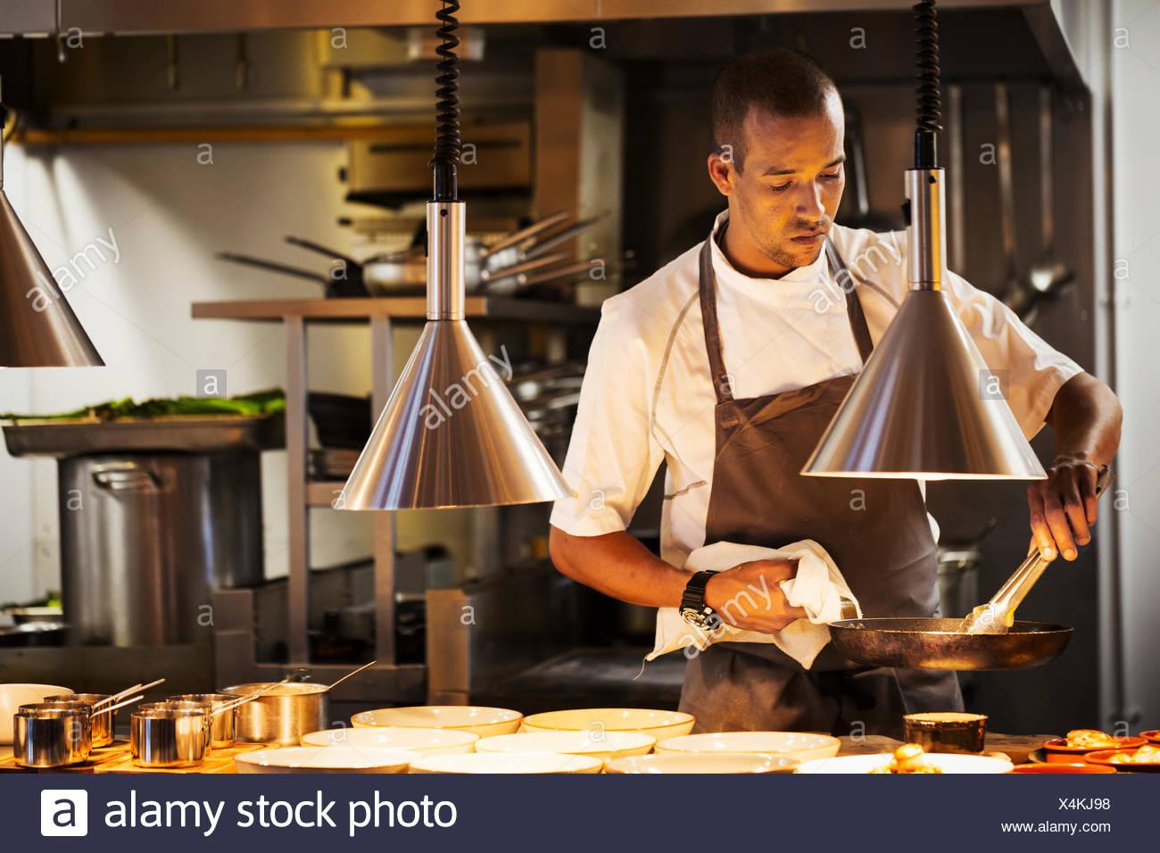 Cuisine Cuisine dans un restaurant, le placage de la nourriture. Photo Stock