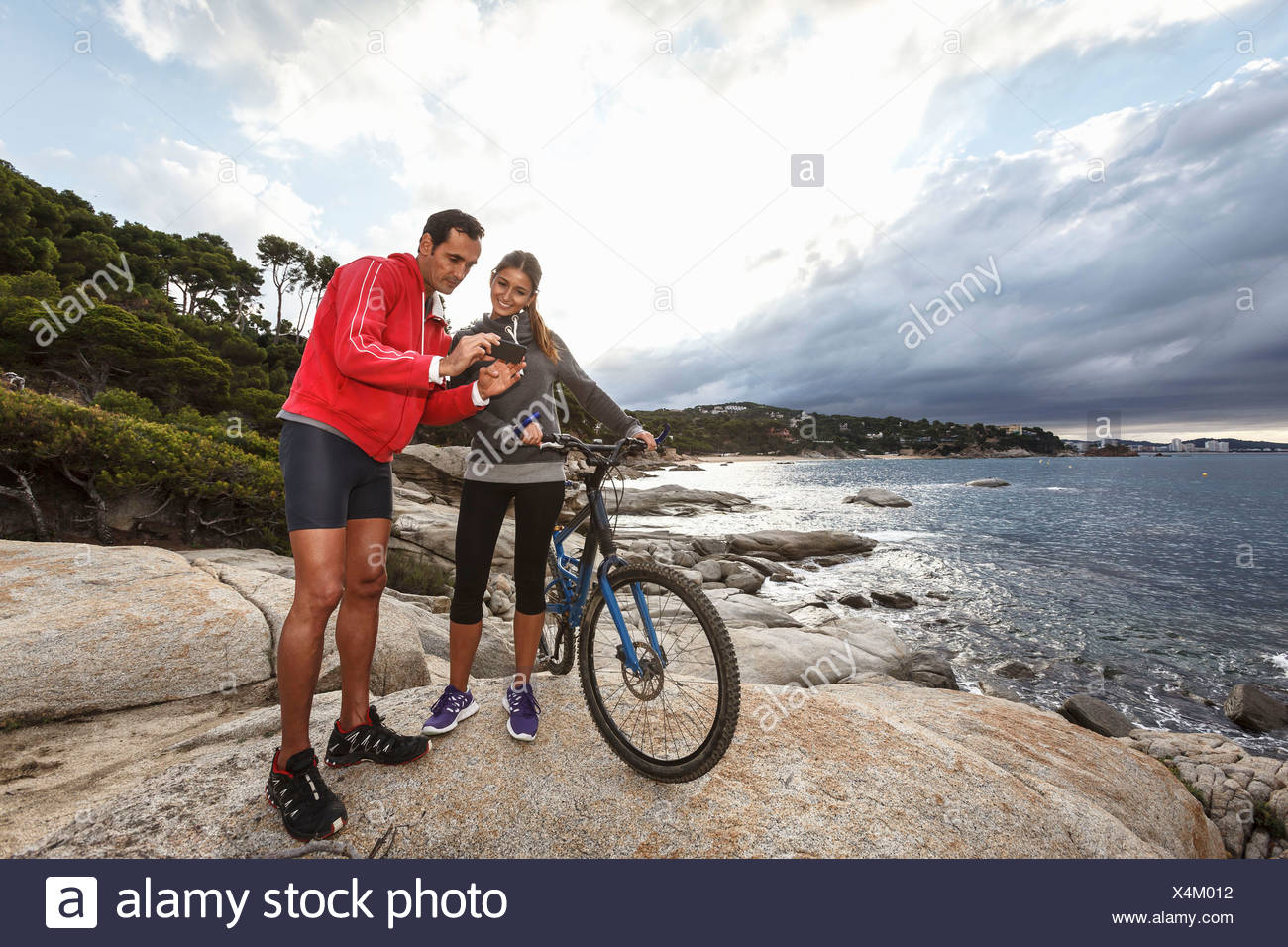 Couple taking photo sur boulder Photo Stock