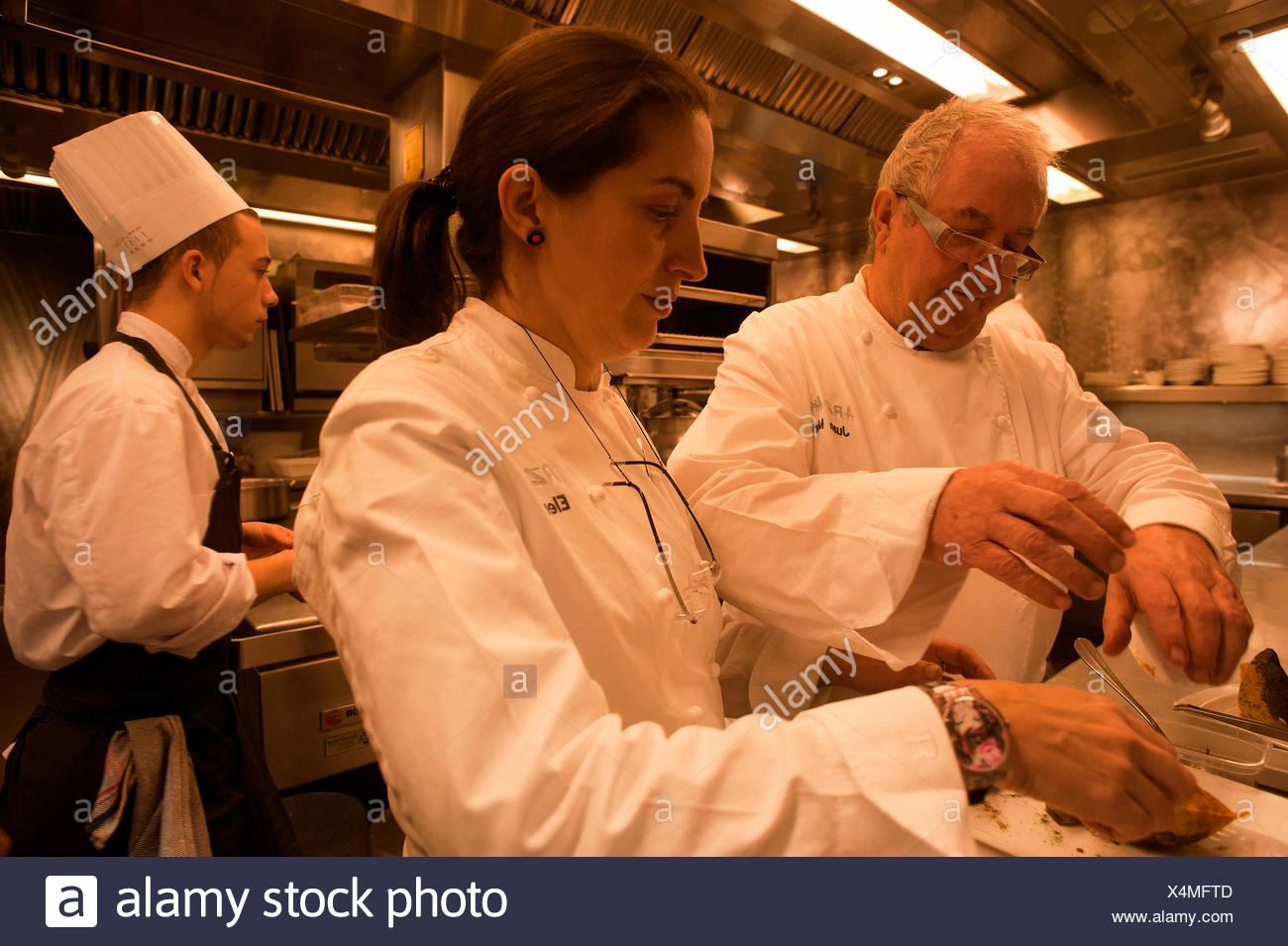 Chef Juan Mari Arzak et sa fille Elena Arzak préparer la nourriture au restaurant Arzak. Photo Stock