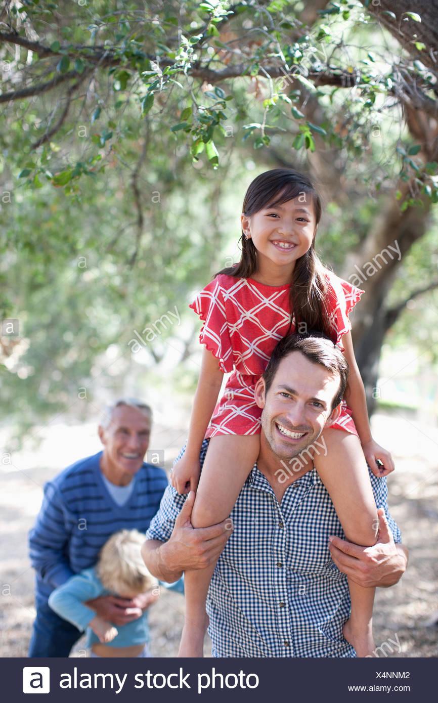 Père fille transportant sur ses épaules Photo Stock