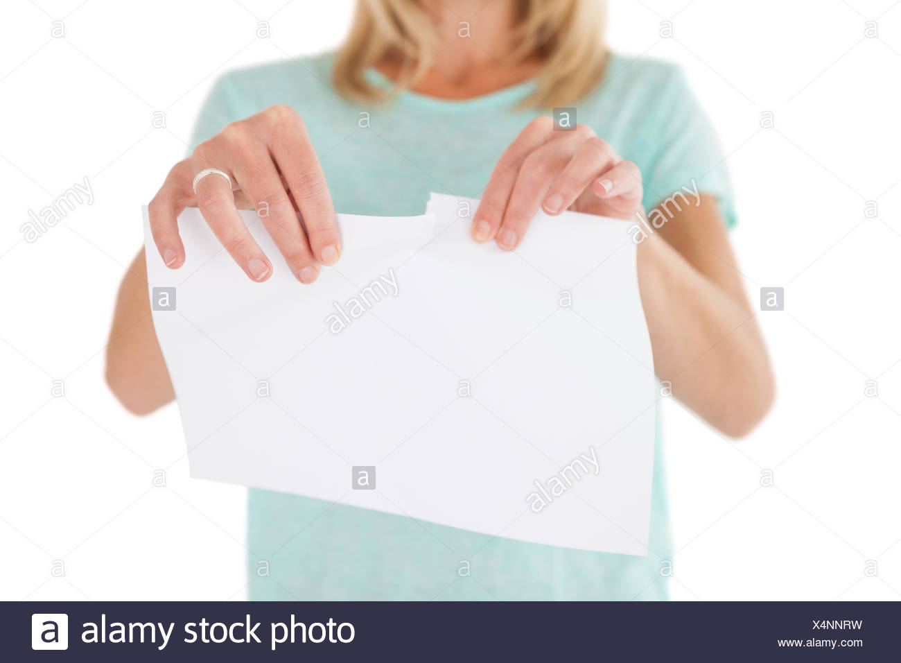 Mid section of woman holding feuille de papier déchiré Banque D'Images