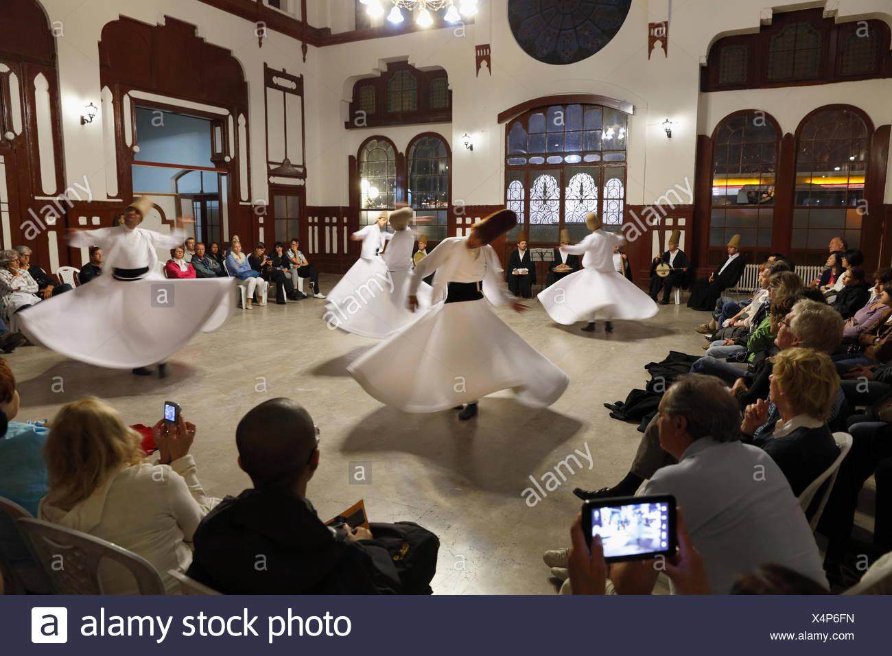 La danse des derviches tourneurs, Sema un Derviche danse, la gare de Sirkeci, Istanbul, Turquie, Europe, Istanbul Banque D'Images