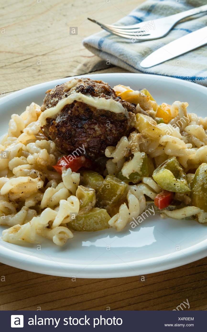Des pâtes et des boulettes de viande avec légumes Photo Stock