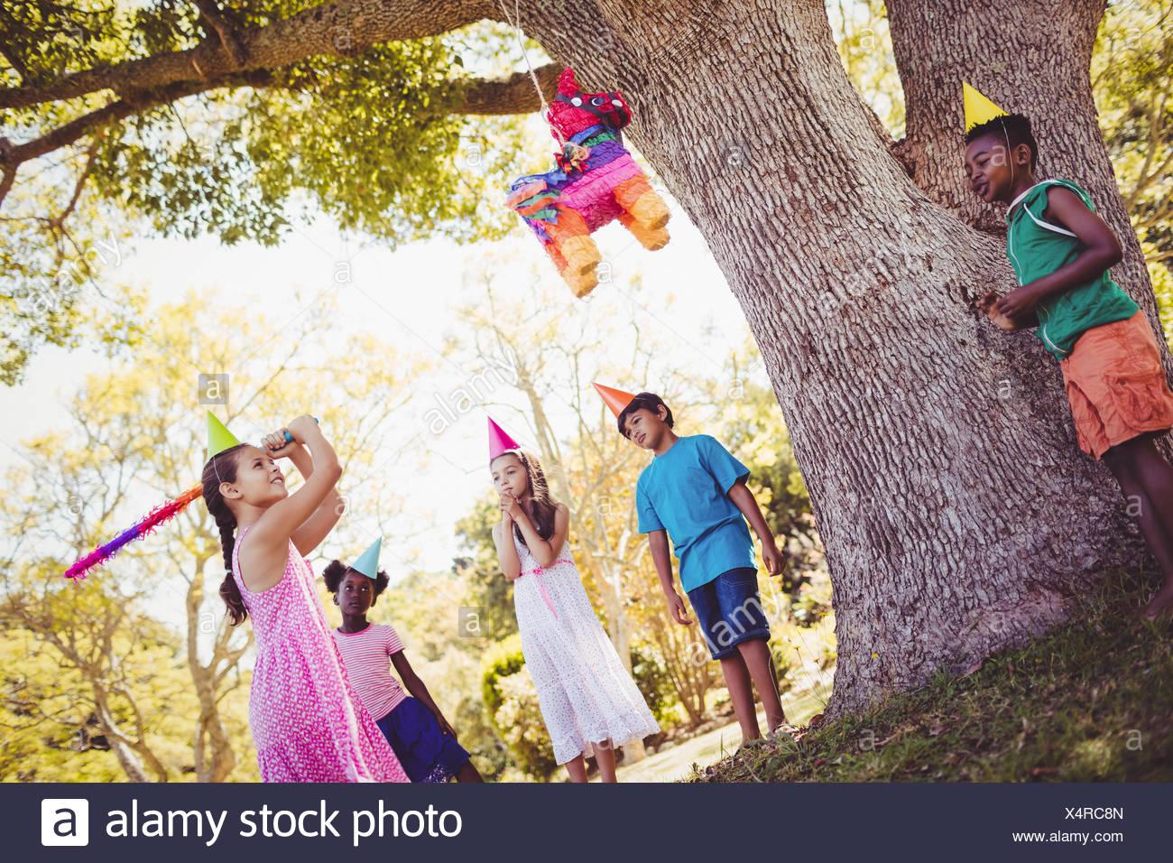 Petite fille va cassé la pinata pour son anniversaire Photo Stock