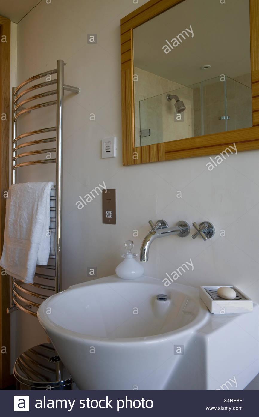 Miroir au-dessus du robinet mural de lavabo pose en salle de ...
