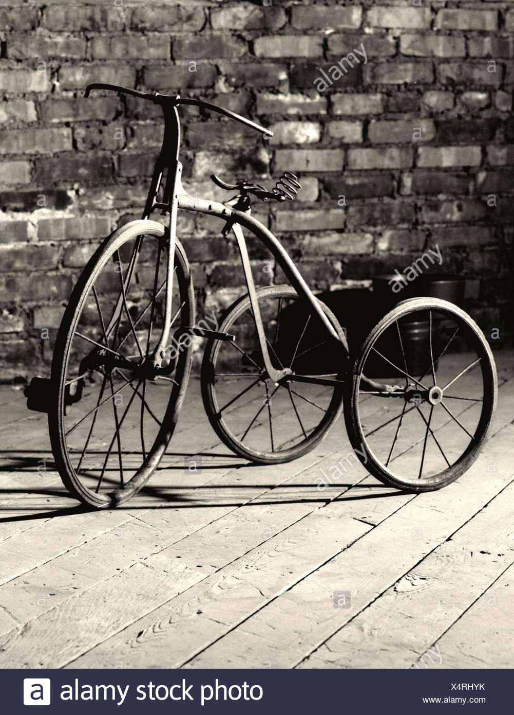 Tricycle à l'ancienne pour les enfants Photo Stock