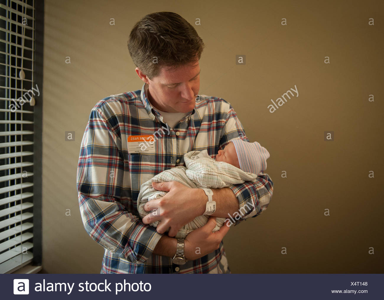 Père holding newborn baby in hospital Photo Stock