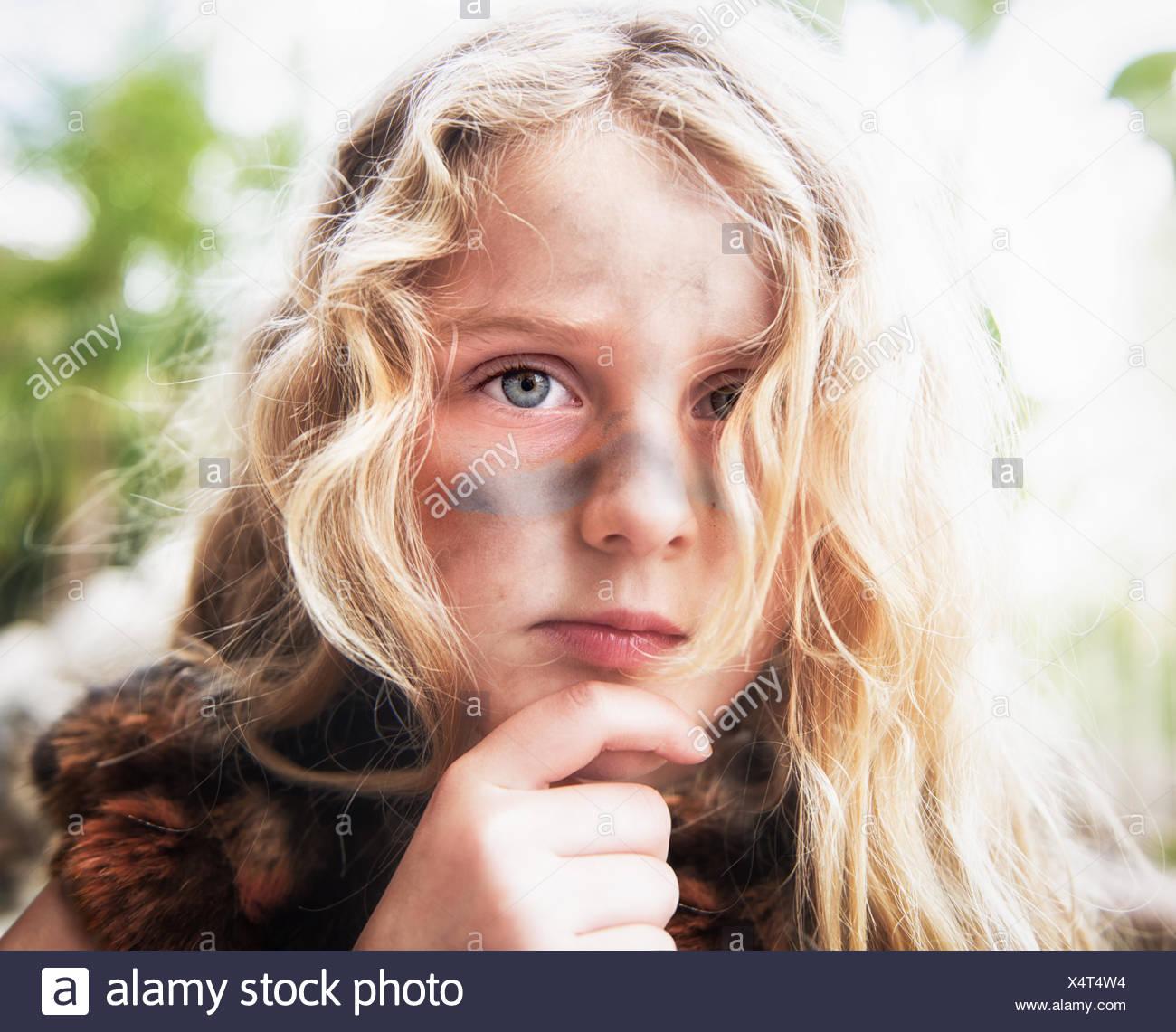 Portrait Dune Fille Avec De La Peinture De La Guerre Sur Son Visage