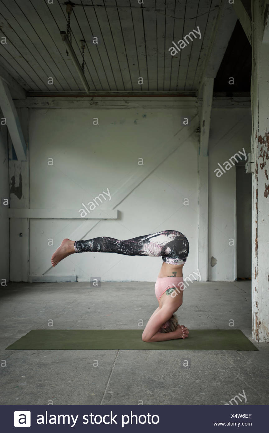 Mid adult woman practicing wavecrest poser dans un studio de yoga, Munich, Bavière, Allemagne Photo Stock
