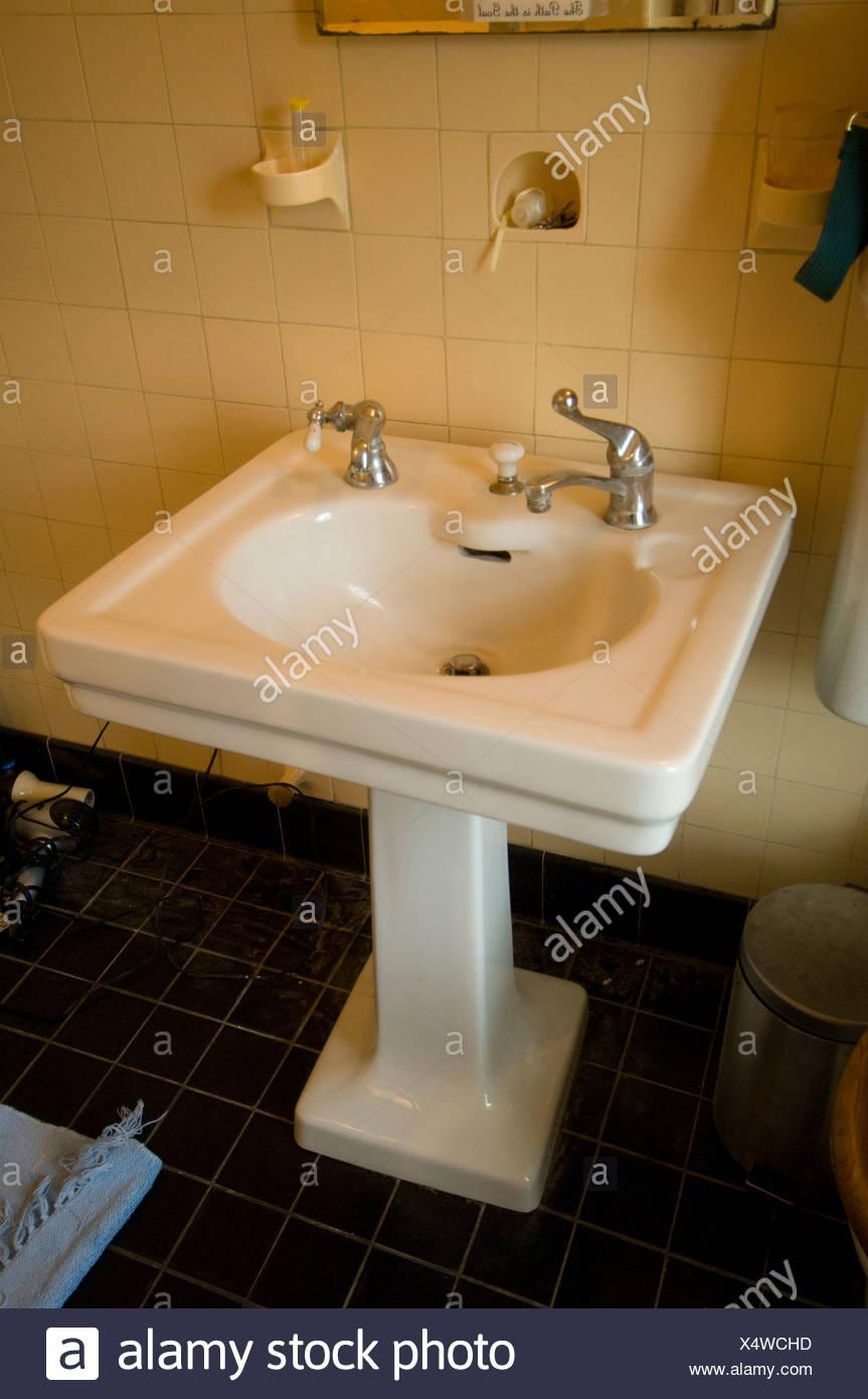 Une ancienne salle de bains lavabo dans une maison ...