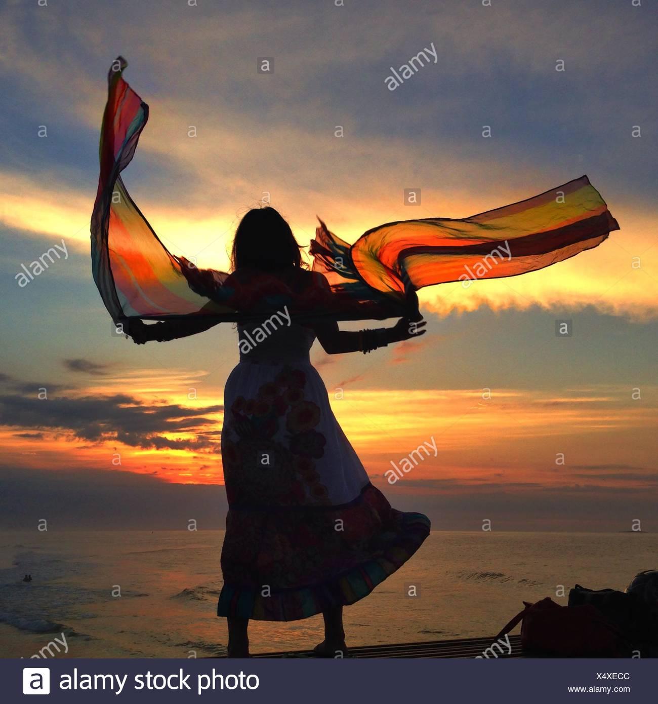 Femme avec foulard flottant Photo Stock