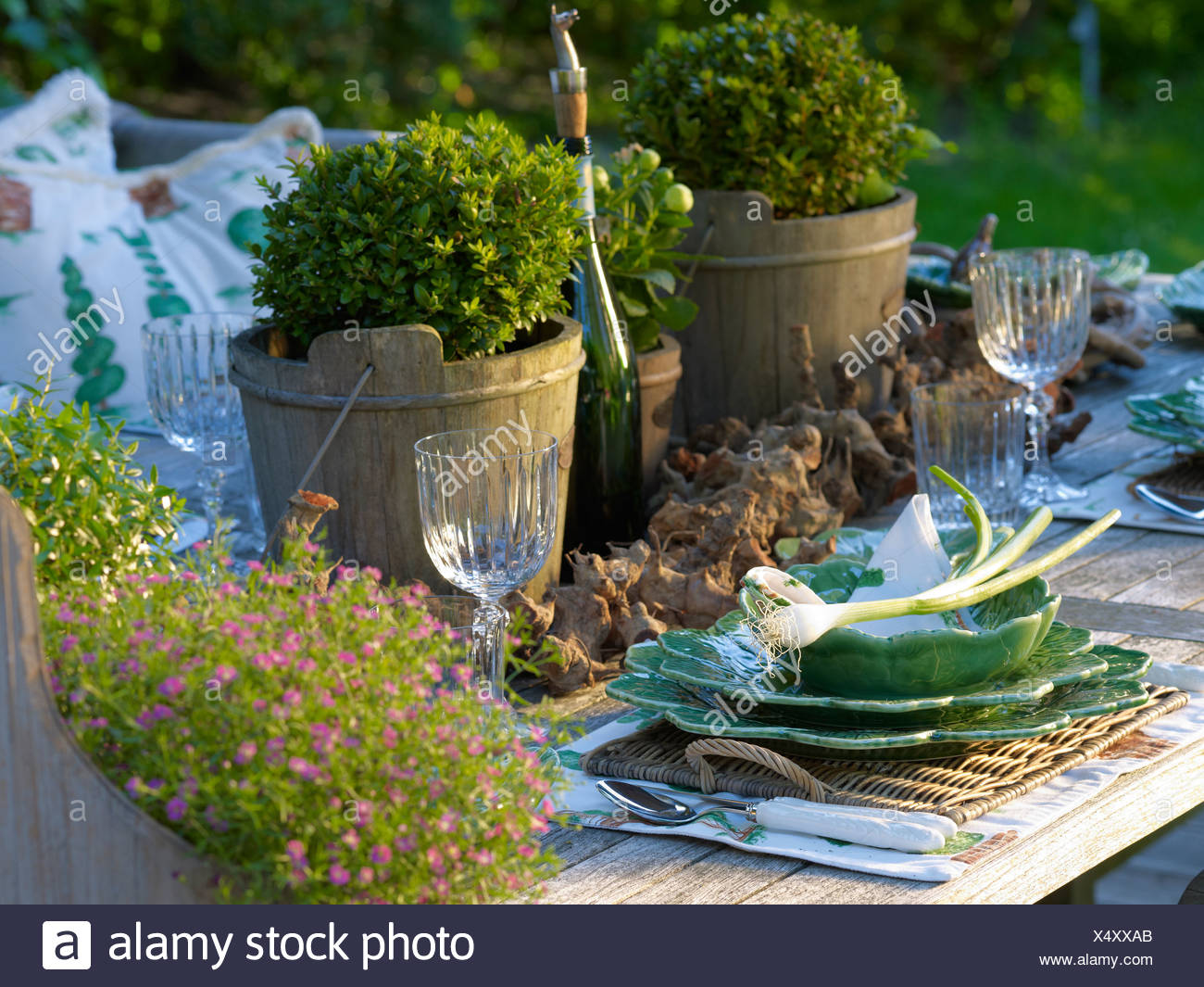 Élégamment mis en bois rustique avec table de jardin ...