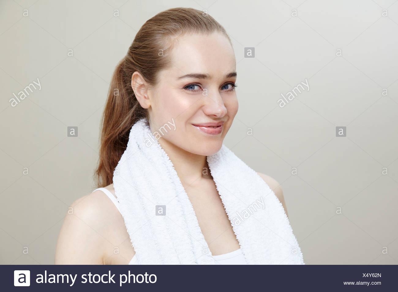 Femme portant une serviette autour du cou Photo Stock
