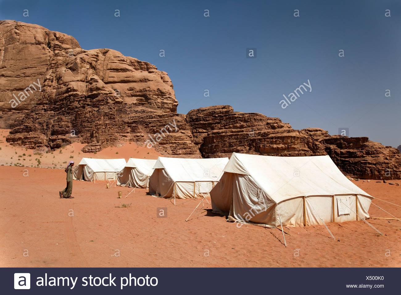 Camp pour les touristes, tentes, Bédouins, montagnes, désert, nature préservée, Wadi Rum, Royaume hachémite de Jordanie, Moyen-Orient, Asie Photo Stock