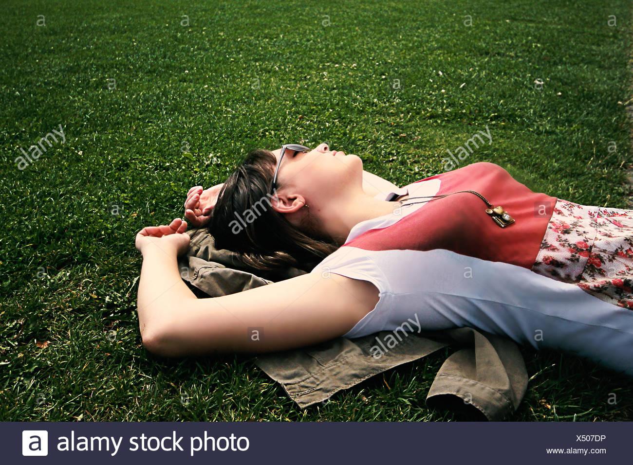 Détente woman lying on grass Photo Stock