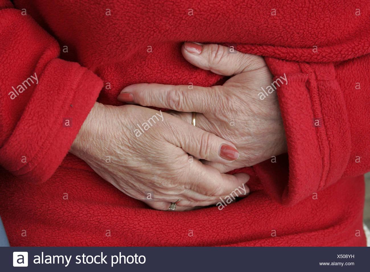 Mal au ventre ou hypertrophié, Close up hands sur crampes de ...