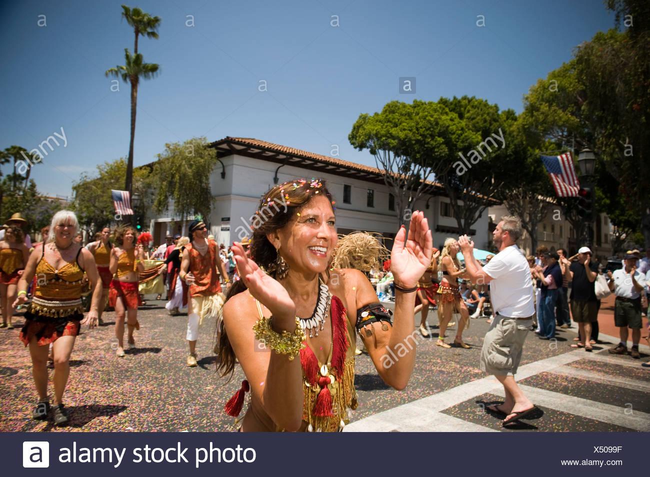 Réjouissance et de bonheur lors d'un défilé à Santa Barbara. Le défilé de chars et costumes extravagants caractéristiques. Photo Stock