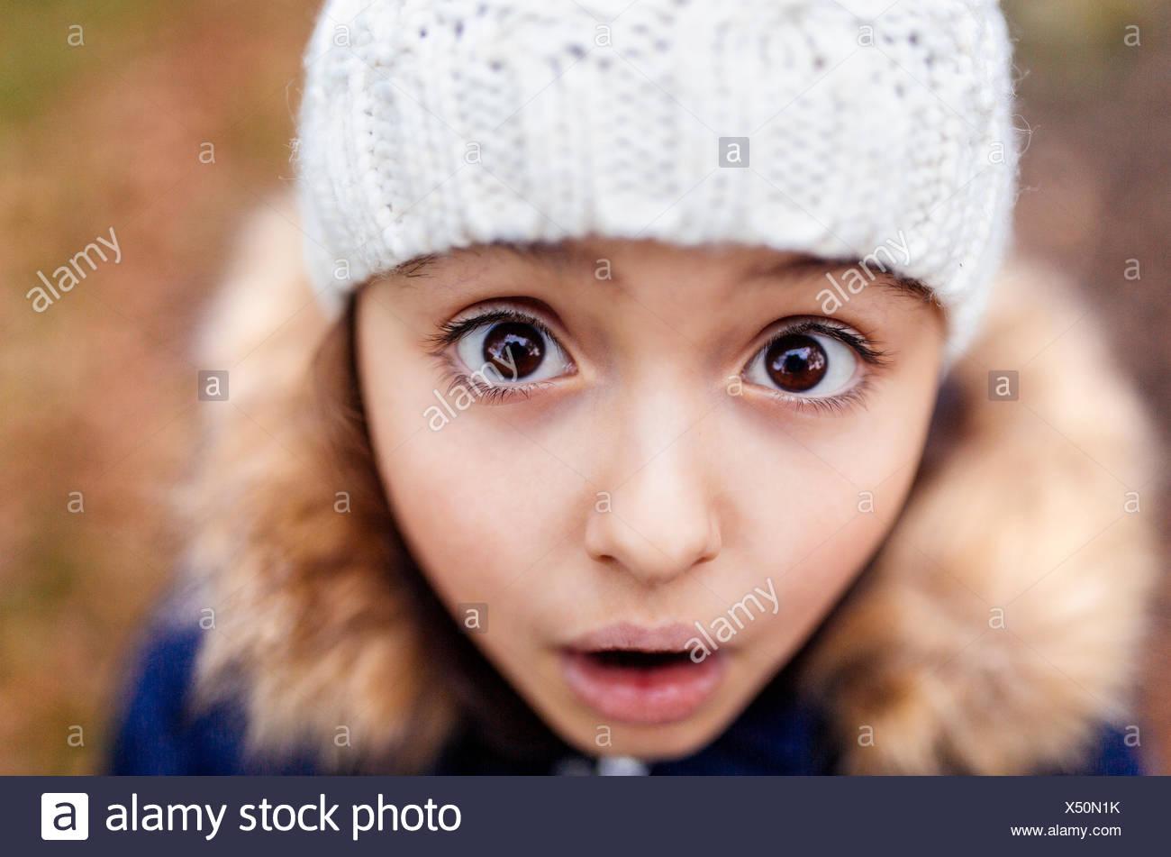 Portrait de petite fille avec les yeux grand ouverts Photo Stock