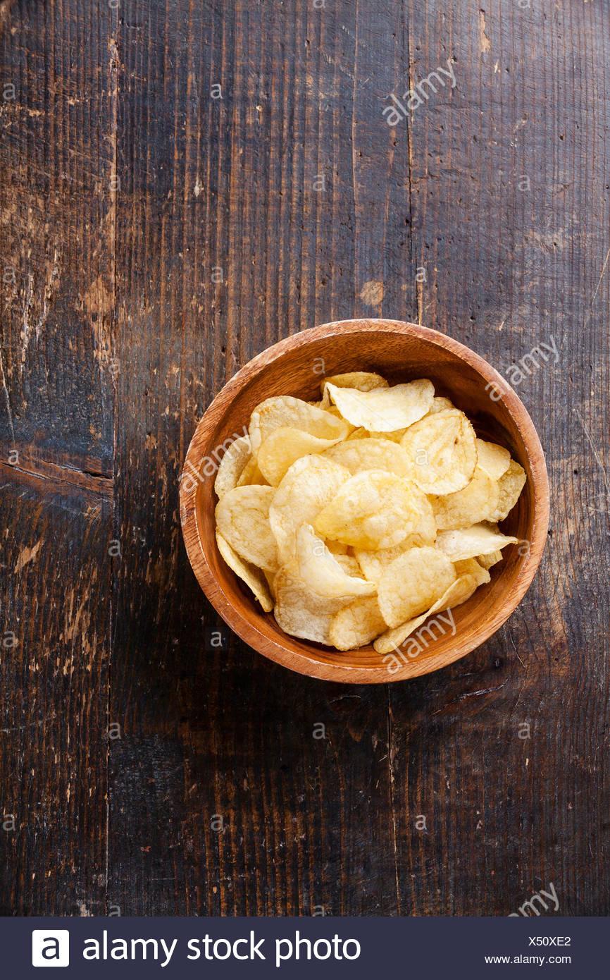 Croustilles de pommes de terre croustillantes sur fond de bois Photo Stock