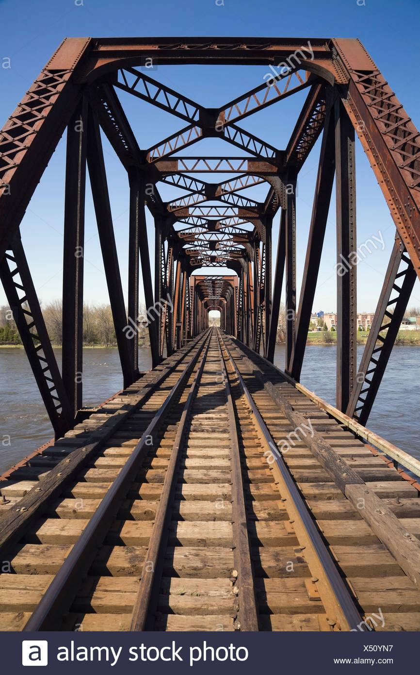 Des voies de chemin de fer au moyen d'un pont de chemin de fer en acier, Laval, Québec, Canada Photo Stock