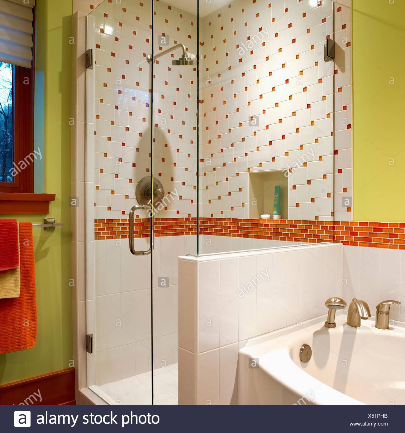 Douche, WC séparés avec des murs vert lime et d\'Orange et de ...
