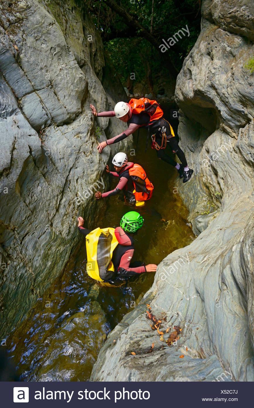 Trois personnes randonnées à travers un canyon, France, Corse, Bastia Photo Stock