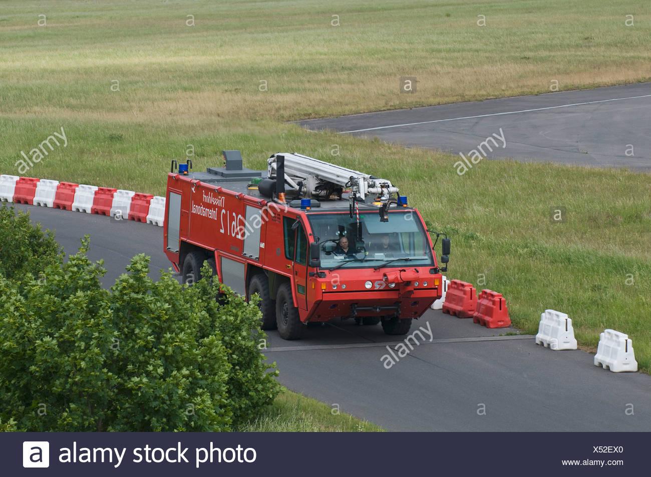 Véhicule d'urgence des pompiers, l'Aéroport International de Düsseldorf, Düsseldorf, Rhénanie du Nord-Westphalie, Allemagne, Europe Photo Stock