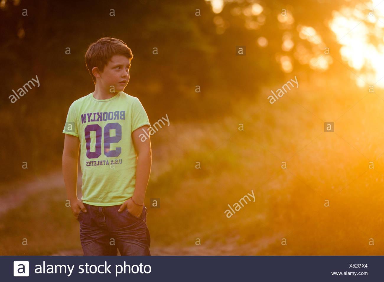 Un jeune garçon à la campagne Photo Stock