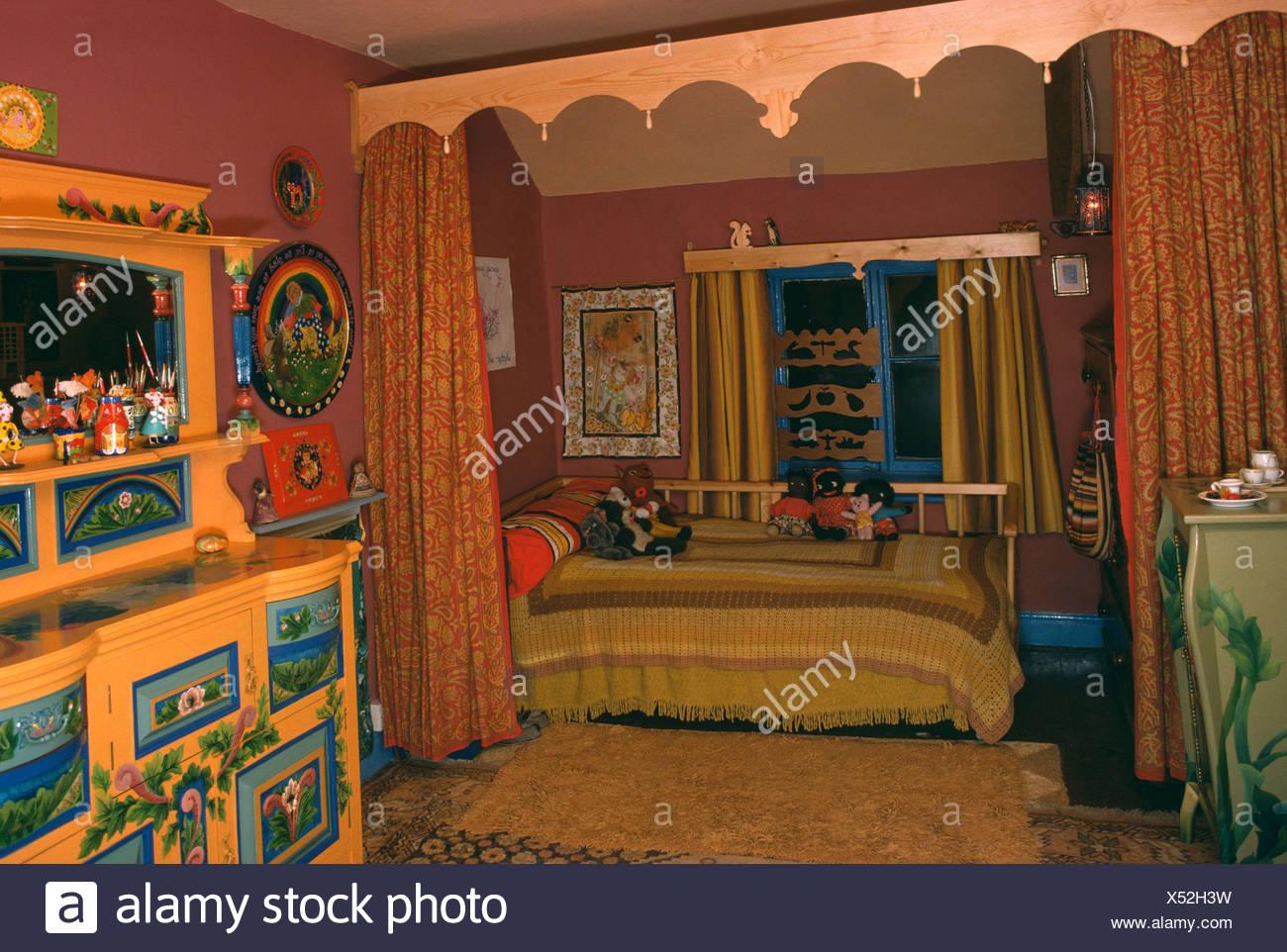 70 chambre avec lit derrière les rideaux et placard peint Banque D ...