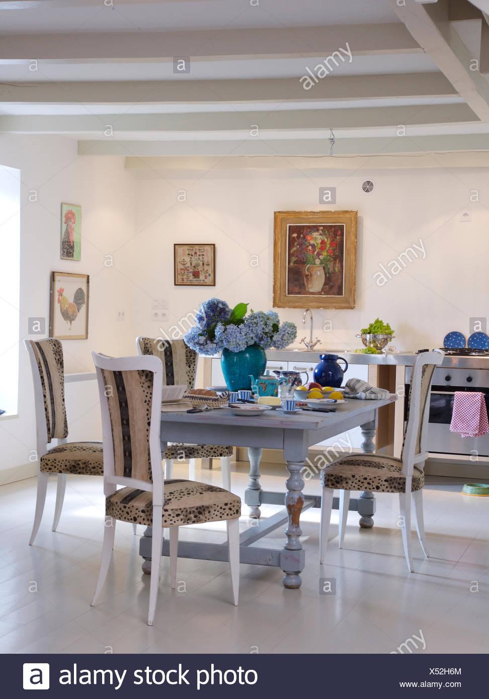 Meubles Chaises Laqué Blanc Peint En Bleu à Table En Français Pays Cuisine  Avec Parquet En Bois Peint.