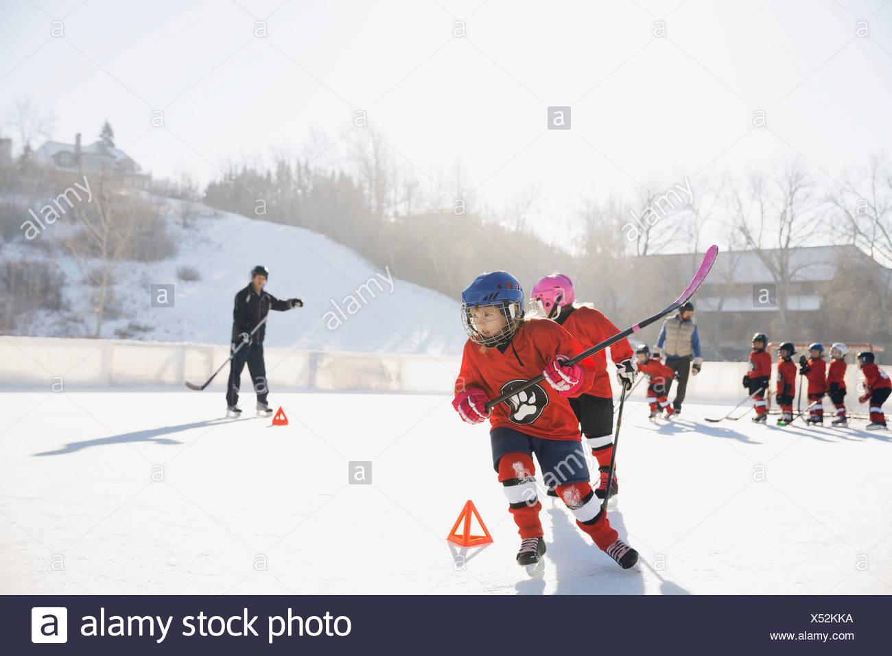 Les joueurs de hockey sur glace patinoire en plein air sur la formation Photo Stock